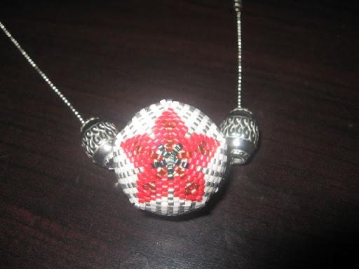 La boule à fleur rouge