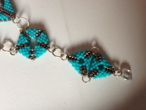 Projet terminé : collier à formes géométriques bleu turquoise + BO