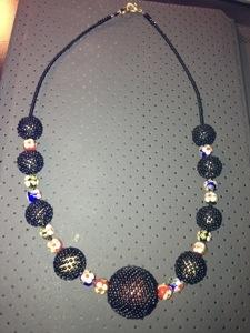 Les colliers à perles émail